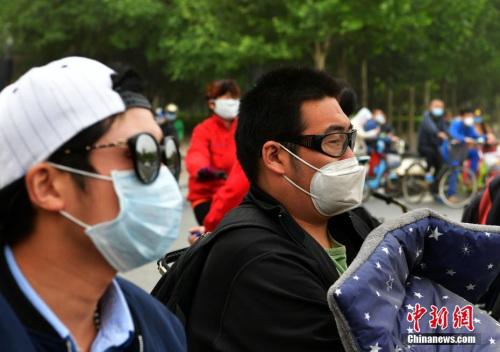 河北遭遇沙尘天气,民众出行受影响。