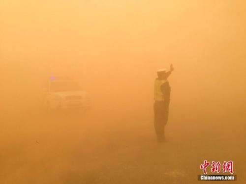 内蒙古沙尘暴来袭,交警风沙中护守戈壁路。石斌 摄