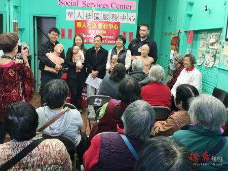 布鲁克林华人社区服务中心邀请先锋救护车救护专员,为侨胞讲解CPR急救方法,受到家长们欢迎。(图:美国《侨报》)