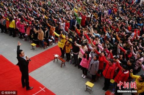 资料图:2月25日,距2017年高考百日之际,河南省汝南一高举行决战高考百日誓师励志大会。图片来源:视觉中国