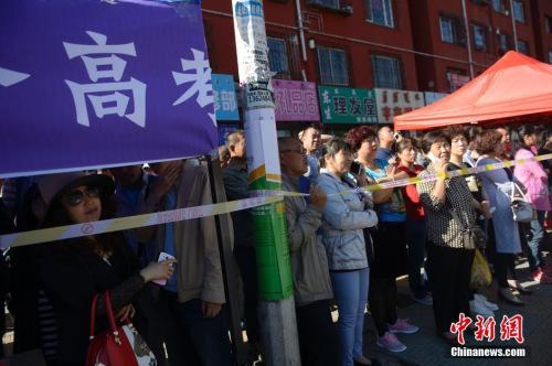 资料图:2016年6月7日,呼和浩特家长在考场周边等待考生。中新社记者 刘文华 摄