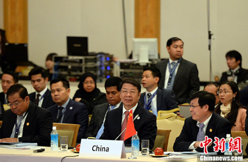 中国财政部副部长史耀斌(前排右2)率中国代表团出席了会议。 记者 东友 摄
