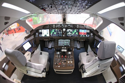 C919驾驶舱内景。