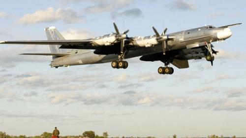 """资料图:图-95""""熊""""式轰炸机。"""