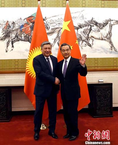 5月5日,中国外交部长王毅在北京与正式访华的吉尔吉斯斯坦外交部长阿布德尔达耶夫举行会谈。 中新社记者 张勤 摄