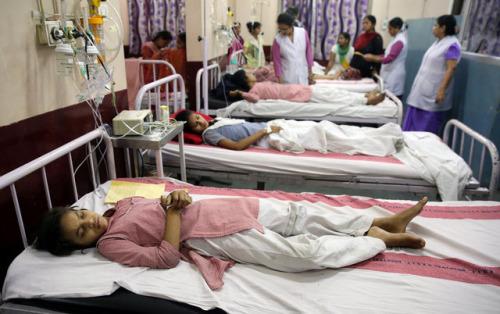 一些女生吸入化学气体后晕倒,一些女生则想呕吐或眼睛感到不舒服。(图片来源:法新社)