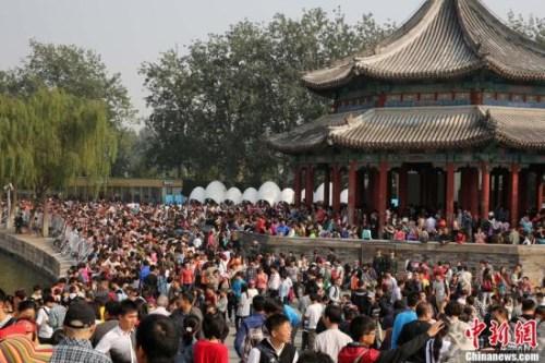 """资料图:""""十一""""长假期间,大量游客涌入颐和园。中新社发 韩海丹 摄"""