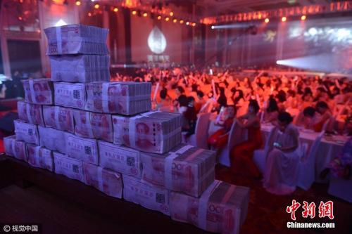 2017年1月4日,太原一企业年底邀明星为员工发百万现金。武六红 摄 图片来源:视觉中国