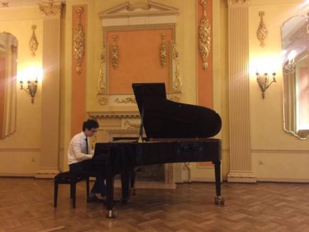 工科生转业钢琴家,图为在拉脱维亚首都里加歌剧院。(美国《世界日报》)
