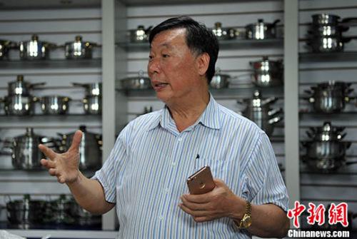 图为曾正坚在企业产品展示室接受记者采访。 记者 张斌 摄