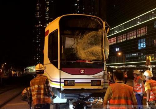 涉事的轻铁车头玻璃碎裂。(陈嘉荣摄)图片来源:香港电台网站。
