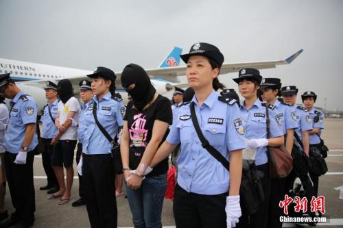 资料图: 广东警方将129名电信诈骗嫌疑人押解回广州。 中新社记者 粤警方 摄