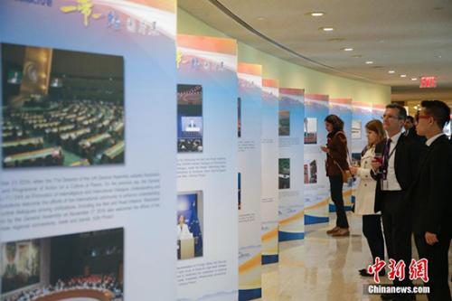 图为常驻代表参观展览。 中新社记者 廖攀 摄