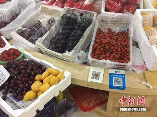 某水果摊,收款二维码贴在显眼位置。 吴涛 摄