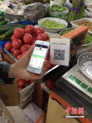 有顾客正在用微信支付结账。<a target='_blank' href='http://www.chinanews.com/' >中新网</a> 吴涛 摄