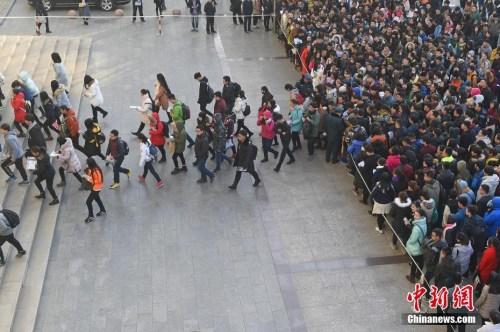 资料图:2016年11月27日,山西太原一国考考点,考生排队准备进入考场。武俊杰 摄