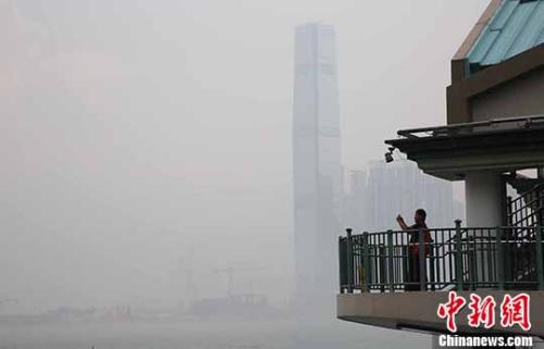 市民在拍照。 <a target='_blank' href='http://www.chinanews.com/'>中新社</a>记者 洪少葵 摄