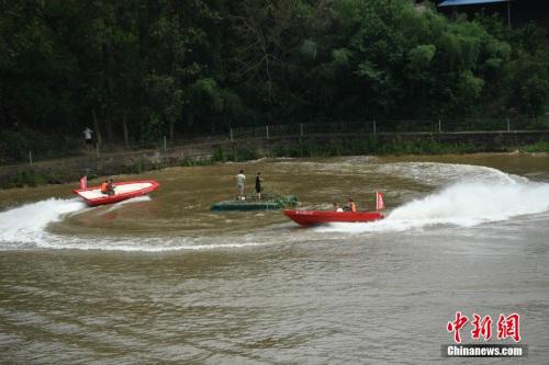 5月9日,重庆市举行2017年军地抗洪抢险综合应急演练,图为救援人员正在演习转移被困民众。 陈超 摄