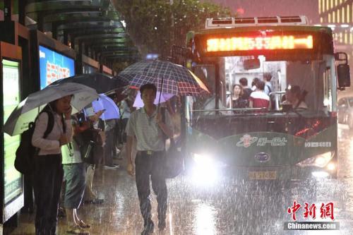 5月8日,广州城区受强雷雨云团影响,在下班高峰期下起暴雨。记者 陈骥�F 摄