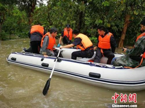 5月7日,广州市花都区突发特大暴雨,广州市三防调动10艘冲锋舟协助转移受灾人员 汤小玲 摄