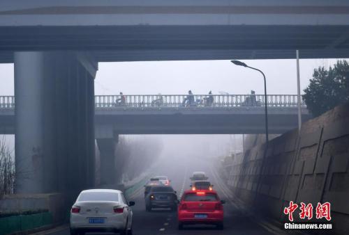 莫斯科民众观看烟花。</p> <p>  中新社记者 翟羽佳 摄