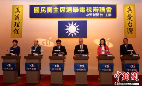 5月10日,中国国民党主席选举电视辩论会在台北中天电视举行。其间,6位候选人(左起依序为)洪秀柱、韩国瑜、郝龙斌、吴敦义、潘维刚、詹启贤均就未来党的两岸政策方向做出论述。记者 刘舒凌 摄