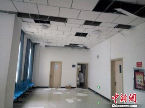 地震致塔县人民医院吊顶受损严重。 王小军 摄