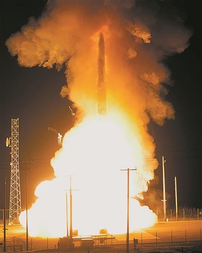 """美国""""民兵""""III型洲际弹道导弹发射场景。"""