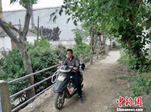 小区东门外居民骑车只能走这条坑洼小道。 朱志庚 摄