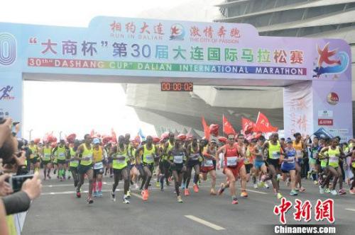 第30届大连国际马拉松举行 。 杨毅 摄