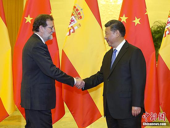 """5月13日,中国国家主席习近平在人民大会堂会见来华出席""""一带一路""""国际合作高峰论坛的西班牙首相拉霍伊。 中新社记者 刘震 摄"""