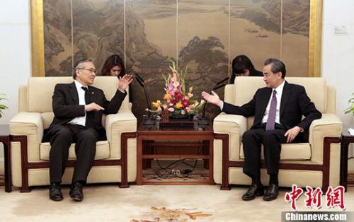 """5月14日,中国外交部长王毅(右)在北京会见来华出席""""一带一路""""国际合作高峰论坛的泰国外长敦。 记者 李慧思 摄"""