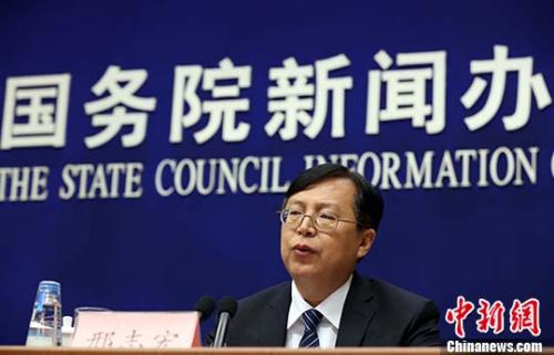 中国国家统计局新闻发言人邢志宏在新闻发布会上。 记者 杨可佳 摄