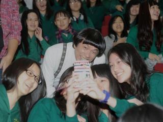 """资料图:猪哥亮与女学生们合影。图片来源:台湾""""联合报"""""""