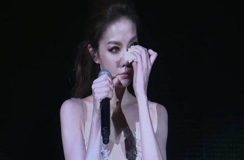 """谢金燕曾在演唱会上控诉父亲猪哥亮 图片来源:台湾""""中国时报"""""""