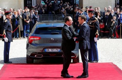 法国新总统马克龙(右)在总统交接仪式后与其前任奥朗德握别,并送奥朗德离开爱丽舍宫。