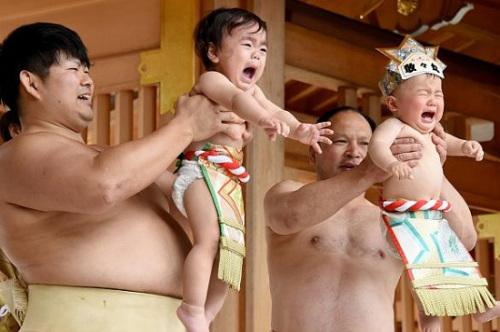 宝宝们在比赛中大哭。