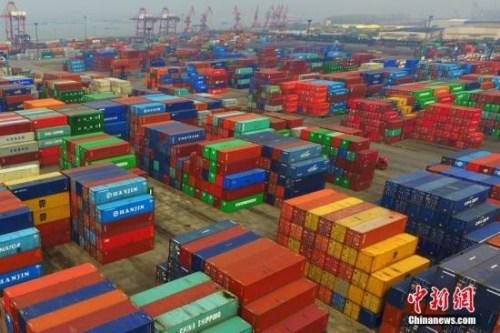 资料图:航拍南京龙潭港。不同颜色的集装箱整齐排列,堆砌在一起。中新社记者 泱波 摄
