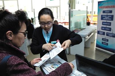 4月8日,方庄卫生服务中心的工作人员向市民介绍医药分开综合改革的情况。新京报记者 彭子洋 摄