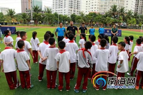 海口巴萨足球学校走进海口市玉沙实验学校,让学生感受足球魅力。南海网记者 陈望 摄