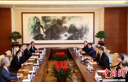"""5月16日,中国国家主席习近平在北京钓鱼台国宾馆会见代表日本政府来华出席""""一带一路""""国际合作高峰论坛的日本自民党干事长二阶俊博。中新社记者 杜洋 摄"""