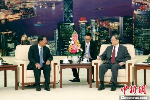 5月16日,中国全国政协主席俞正声在北京人民大会堂会见柬埔寨首相洪森。中新社记者 盛佳鹏 摄