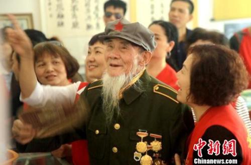 胡老向参观的市民讲解。