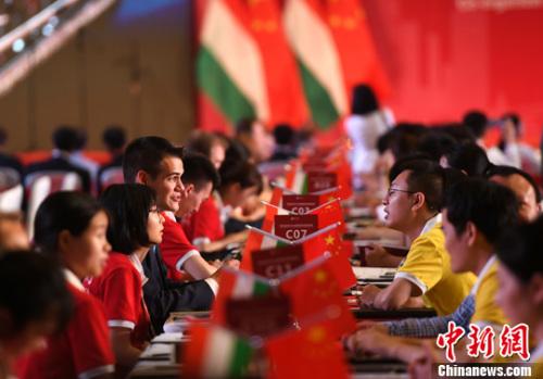 5月16日,中国-匈牙利中小企业跨境投资与贸易洽谈会在重庆举行,400余家中匈企业现场进行对接洽谈,涵盖农业、医疗、交通运输设备制造、信息通信技术、智慧城市、垃圾管理、水资源管理等多个行业。<a target='_blank' href='http://www.chinanews.com/'>中新社</a>记者 陈超 摄