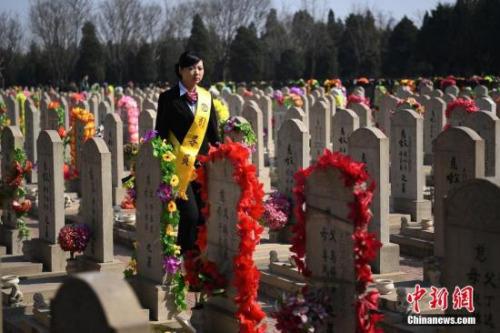 有这样一种职业,他们每天都见证世间的生死离别,经历生命逝去的伤感故事,他们就是殡葬礼仪师,伴随逝者有尊严地走完人生的最后一程。在山西省太原市永安殡仪馆,32岁的尧雯雯就是一名殡葬礼仪师,负责接待引导逝者家属进行丧葬活动,从业7年的时间里,缅怀送别超过5000名逝者的最后一刻。 武俊杰 摄