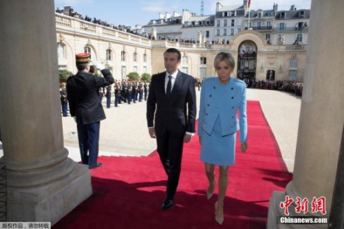 5月14日,在法国巴黎爱丽舍宫,当选总统马克龙与夫人布丽吉特・特罗尼厄在权力交接后步入爱丽舍宫。