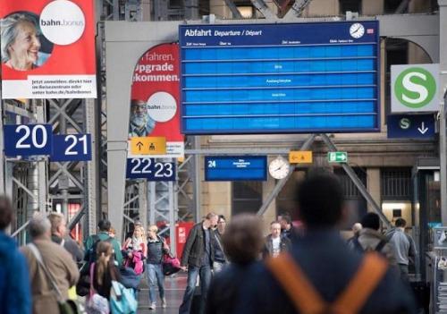 资料图:德国铁路的电脑系统遭黑客攻击后铁道服务局部瘫痪,在法兰克福的一个火车站里,电子信息屏幕上的班次信息不见了。