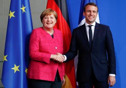 2017年5月15日,德国柏林,德国总理默克尔和法国总统马克龙握手。