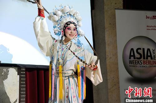 当地时间5月16日,柏林亚太周中国使馆日活动上由成都市呈现的的川剧表演《人间好》。 中新社记者 彭大伟 摄