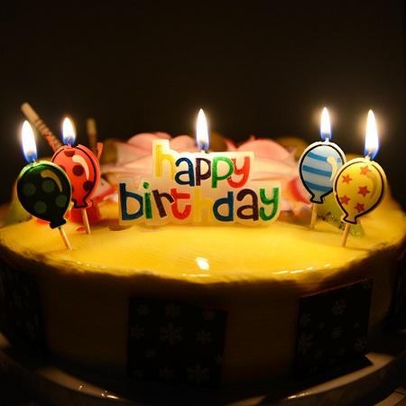 插着蜡烛的蛋糕(资料图)